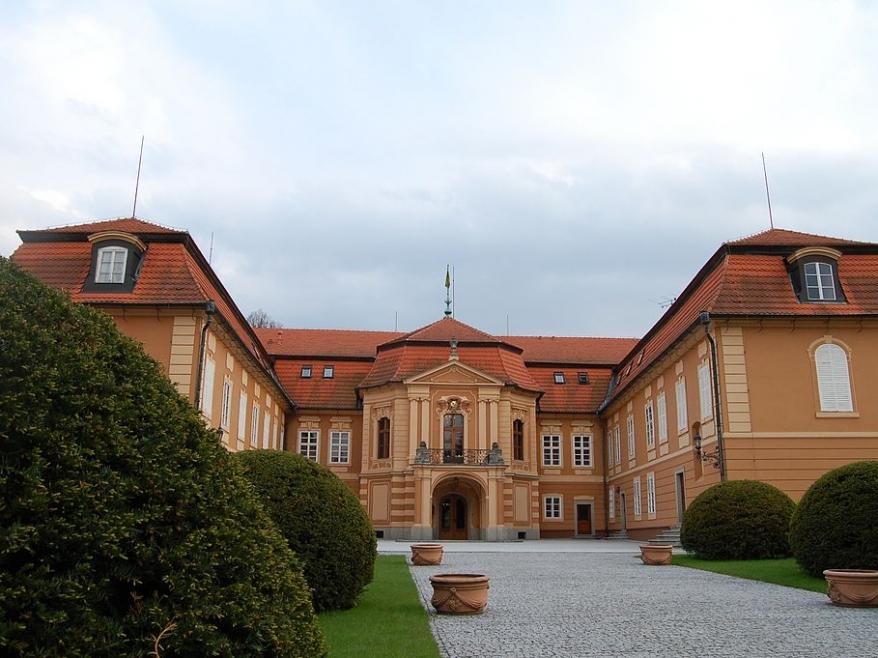 Tenis a rododendrony aneb Proč vyrazit na zámek Štiřín?